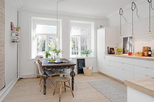 Cocina-escandinava-con-mural-decorativo-en-la-pared